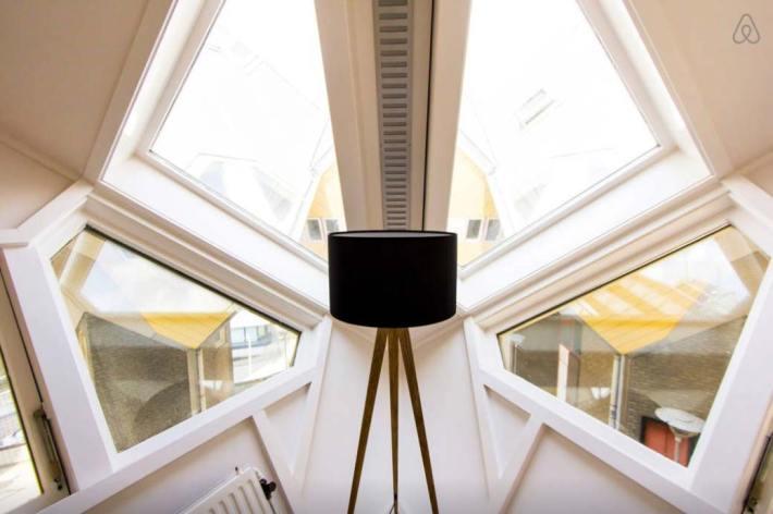 Besondere-Airbnb-unterkünfte-in-Europa-Cubehouse-Rotterdam-Dachfenster