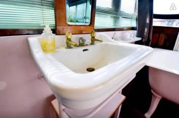 Besondere-Airbnb-unterkünfte-in-Europa-Hausboot-Paris-Bad