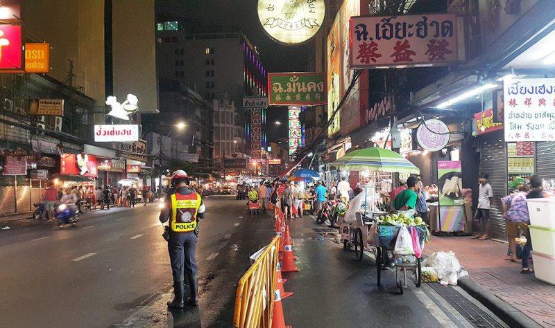 Các dãy hàng ăn nằm ở bên phải đường, có làn phân cách với đường cho xe cộ riêng