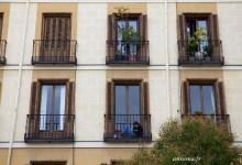 Façades madrilènes: balcons fleuris et portes à deux battants