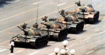 ΠΕΚΙΝΟ-5 Ιούνη1989: Η διάσημη φωτογραφία του Jeff Widener με τον ανώνυμο διαδηλωτή στην πλατεία Τιενανμέν του Πεκίνου. Η εικόνα συμβολίζει το τέλος της εποχής του Ψυχρού Πολέμου και την αυταπάρνηση των πολιτών.