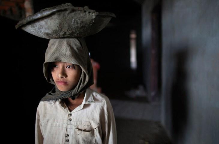Κορίτσι από την Βιρμανίας μεταφέρει τσιμέντο στο κεφάλι,ενώ εργάζεται σε εργοτάξιο για την κατασκευή ξενοδοχείου στο Μιανμάρ.