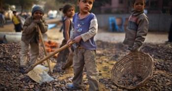 Παιδιά εργάζονται μαζί με τους γονείς τους σε κατασκευαστικό έργο στο Νέο Δελχί της Ινδία.