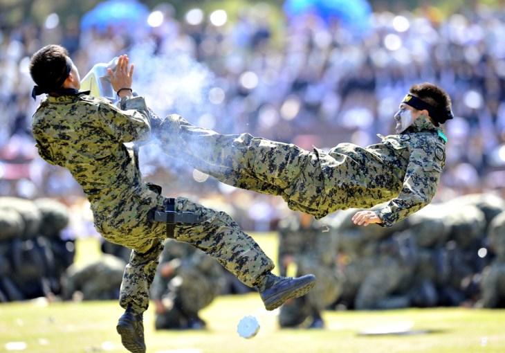 Στρατιώτες των ειδικών δυνάμεων της  Νότιας Κορέας σε μια επίδειξη πολεμικών τεχνών  κατά τη διάρκεια τελετής για τον εορτασμό της 64ης Κορεάτικης Ημέρας Ενόπλων Δυνάμεων στο στρατιωτικό αρχηγείο στη Gyeryong, περίπου 140 χλμ νότια της Σεούλ . Οι δύο Κορέες παραμένουν τεχνικά σε εμπόλεμη κατάσταση από τότε που τελείωσε  η κορεατική σύγκρουση και ολοκληρώθηκε με μια εκεχειρία και όχι με μια συνθήκη ειρήνης