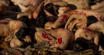 Για όγδοη συνεχή χρονιά η οργάνωση AnimaNaturalis που μάχεται για τα δικαιώματα των ζώων και κατά της γούνας, έδωσε το παρών στη καρδιά της Μαδρίτης. Γυμνοί και βαμμένοι με κόκκινη μπογιά για να παραπέμπει στο αίμα, οι διαδηλωτές ξάπλωσαν σε κεντρική πλατεία της ισπανικής πρωτεύουσας και κρατώντας πλακάτ που έγραφαν «πόσες ζωές για ένα παλτό;» διαμαρτυρήθηκαν για τις σφαγές ζώων με σκοπό την παραγωγή γούνας.