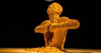 Γλυπτό κατασκευασμένο από Lego που εκτίθεται στο Μουσείο ArtScience στη Σιγκαπούρη. Δημιουργία του διάσημου καλλιτέχνη Nathan Sawaya.