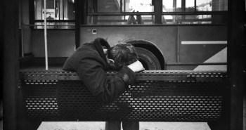 Τοξικομανής σε σταθμό λεωφορείων, στην Πλατεία Κλαυθμώνος.