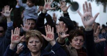 Κύπριοι διαμαρτύρονται έξω από τη βουλή στη Λευκωσία. Φωτογραφία:   Patrick Bazpatrick/AFP/Getty Images