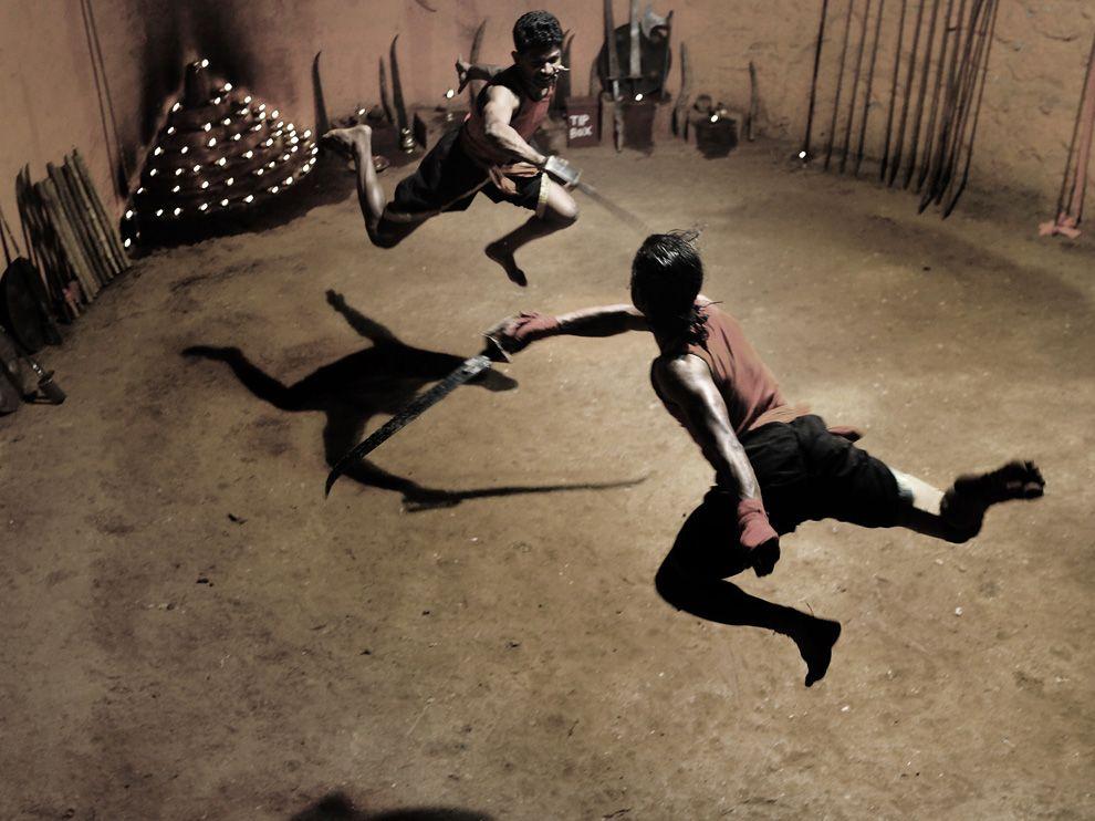 Η ινδική πολεμική τέχνη του Kalari payat είναι η πιο αρχαία υπαρκτή πολεμική τέχνη στις ημέρες μας. Όπως κάθε γνήσια πολεμική τέχνη το Kalari payat συμπεριλαμβάνει χτυπήματα, λακτίσματα, κλειδώσεις, ρίψεις και μία πλούσια γκάμα από όπλα.  Η βάση της τέχνης είναι η πάλη, που αποτελεί παράδοση στην Κεντριή Ασία από τους προϊστορικούς χρόνους.