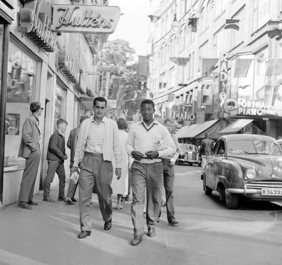 Ο Πελέ στο παγκόσμιο κύπελλο του 1958. Σε ηλικία 17 ετών έγινε ο νεότερος παίκτης που συμμετείχε σε τελικό Παγκοσμίου Κυπέλλου, ο νεότερος σκόρερ σε τελικό παγκοσμίου κυπέλλου, και ο νεότερος παίκτης που κατέκτησε το παγκόσμιο κύπελλο .