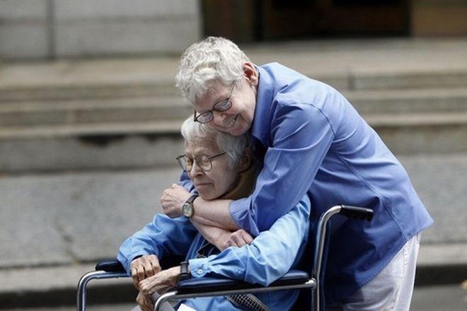 Το γηραιό ομοφυλόφιλο ζευγάρι αγκαλιάζεται έπειτα από το γάμο τους που ήταν και ο πρώτος στο Manhattan City Clerk's Office. Η μια ήταν 76 και η άλλη 84 ετών.