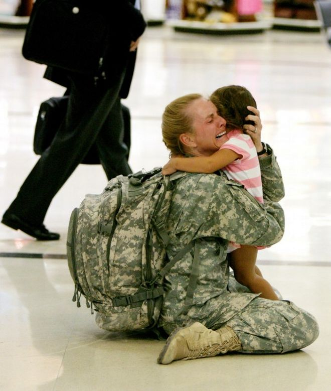Η Terri Gurrola ξανασυναντά την κόρη της, αφού υπηρέτησε 7 μήνες στο Ιράκ.