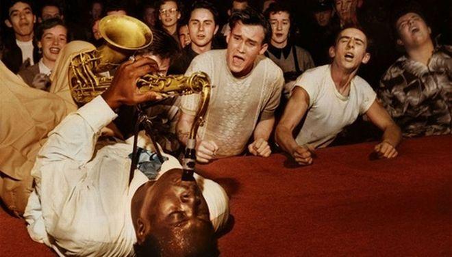 Ο Big Jay McNeely προκαλεί παροξυσμό στο κοινό που βρέθηκε στο Olympic Auditorium του Λος Άντζελες, 1953