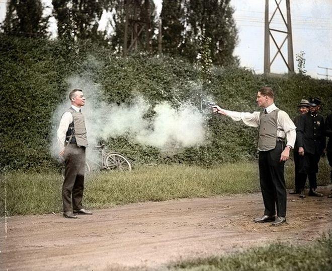 Ο W.H. Murphy και ο συνεργάτης του, κάνουν επίδειξη του αλεξίσφαιρου γιλέκου τους στις 13 Οκτωβρίου του 1923