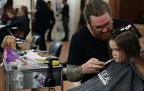 Τρίχρονο κορίτσι έκοψε και δώρισε τα μαλλιά της σε καρκινοπαθή παιδιά