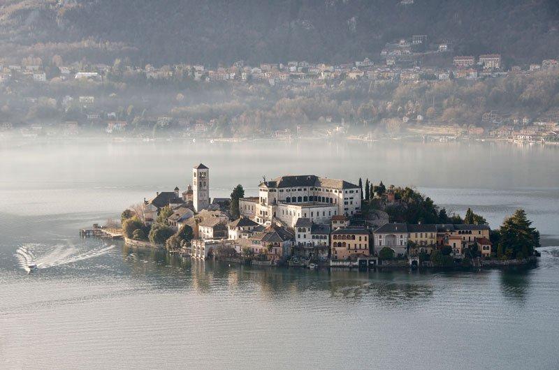 Το νησί Isola San Giulio βρίσκεται κοντά στη λίμνη Orta, στην περιοχή του Πιεμόντε της βορειοδυτικής Ιταλίας και ξεχωρίζει για τις φυσικές ομορφιές που διαθέτει και τη γραφικότητά του.