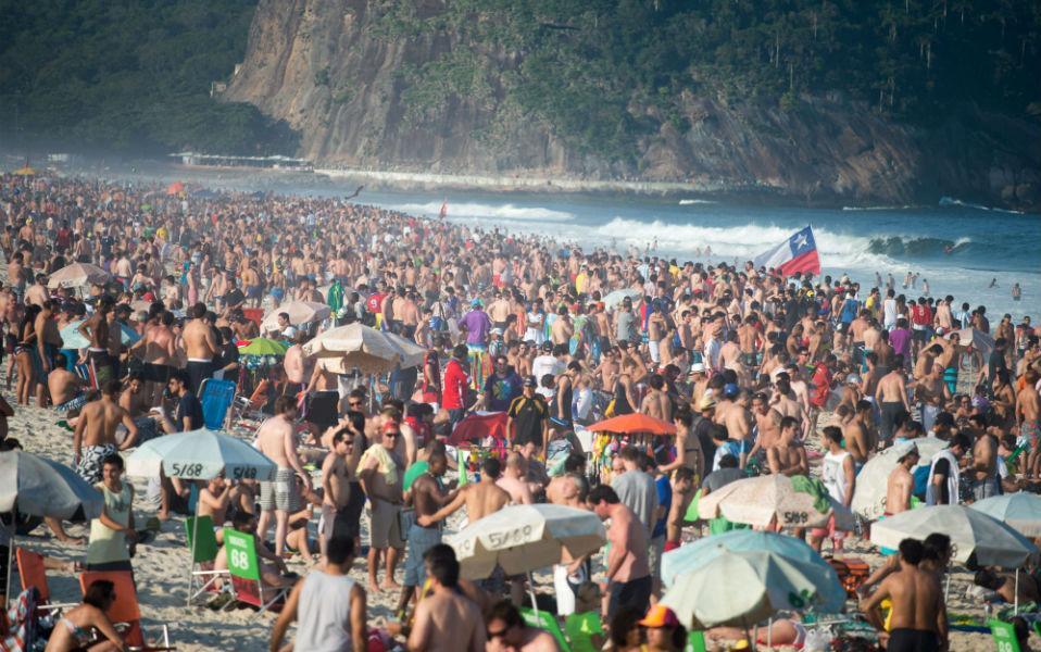 Μπορεί η παραλία της Copacabana να είναι φημισμένη και αν σε βγάλει ο δρόμος στην Βραζιλία, να πρέπει να την επισκεφθείς, αλλά έτσι καλύτερα όχι. Μπροστά σε αυτή την κοσμοπλημμύρα οι παραλίες της Αττικής το Σαββατοκύριακο μοιάζουν άδειες.