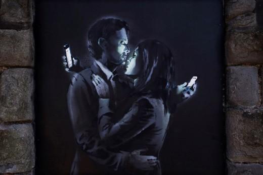 α άτομα που εξαρτούν την αυτοεκτίμησή τους από το αν βρίσκονται σε μια σχέση και το πόσο καλά αυτή πηγαίνει, έχουν την τάση να δηλώνουν διαρκώς στο facebook την ευτυχία τους... Εικονογράφηση: Banksy