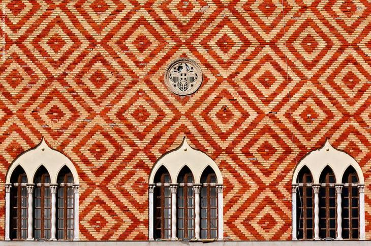 Ρόδος: Νεογοτθικές, αραβικές και βενετσιάνικες επιρροές στο φαντασμαγορικό σύνολο της Νομαρχίας έξω απ' τα τείχη της Παλιάς Πόλης
