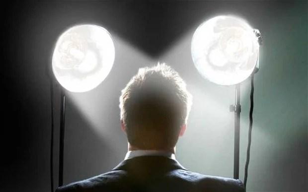 foto de imagem de homem nos holofotes, memorável por gerar valor