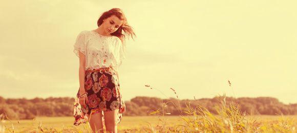 野原を歩く少女