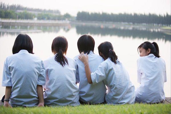 川原の女子学生たち