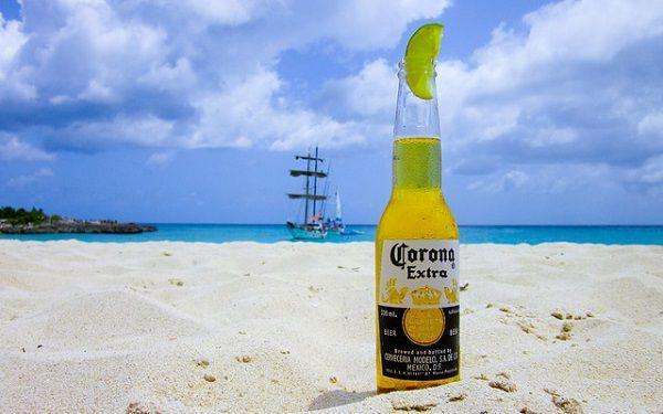 砂浜とコロナビール