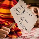 病気で寝込む男性