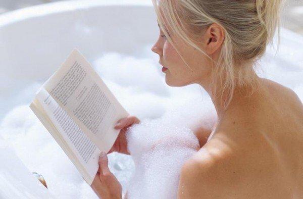 半身浴をする女性