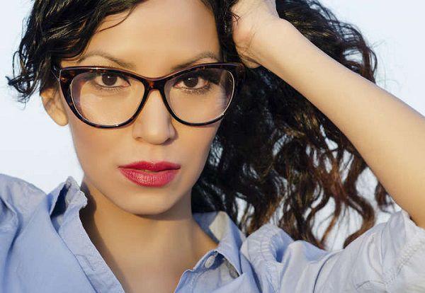 メガネをかけた知的な女性