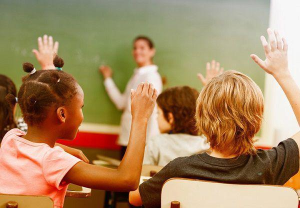 小学校で授業をする教師
