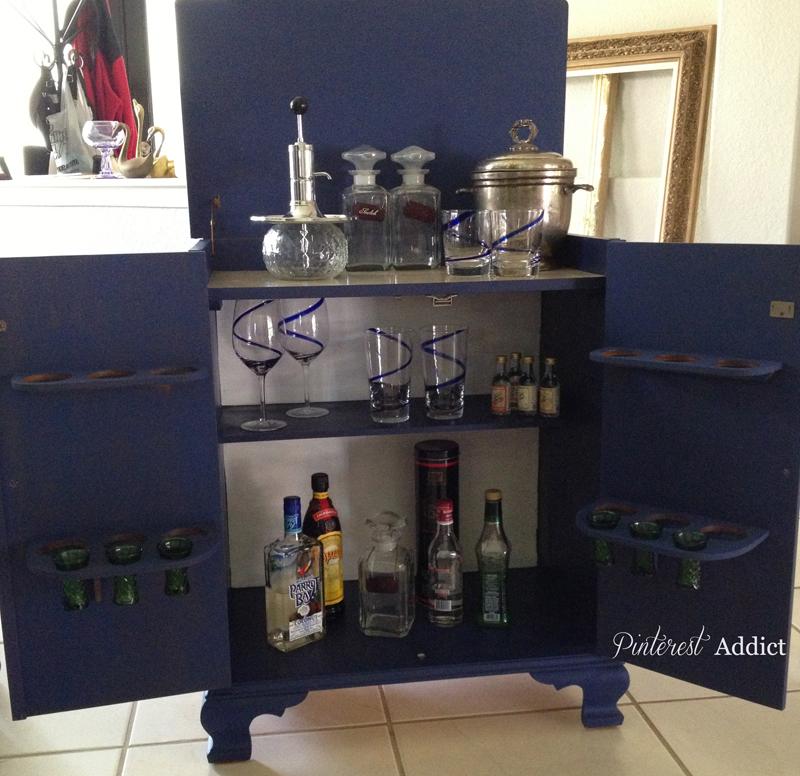 Mini-bar in van Gogh Chalk Pain Starry Night inside