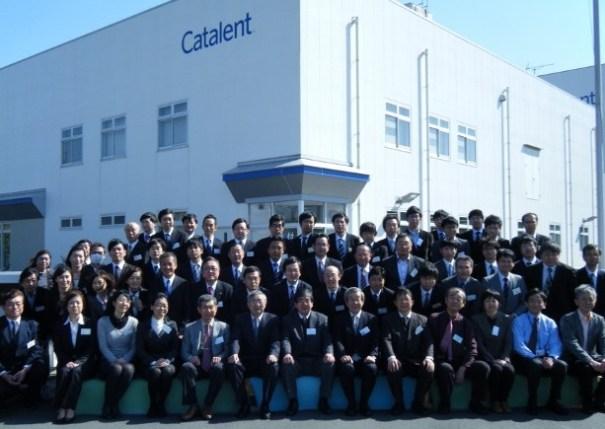 キャタレント・ジャパン株式会社前での集合写真