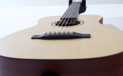 De como compré inesperadamente una pequeña gran guitarra acústica hecha de materiales insospechados.
