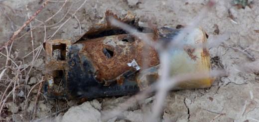 شظية من قنبلة عنقودية من طراز BLU-97 وُجدت بالقرب من معسكر تدريبي سابق لحركة طالبان على مقربة من قاعدة قندهار الجوية، أفغانستان، في 27 فبراير 2002. (صورة: عريف: جورج ألين/الجيش الأمريكي)