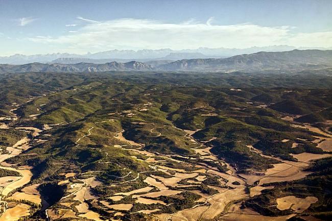 Sierras de Luna y de la Carbonera. Tras ellas, las de Santo Domingo,  Loarre, los mallos de Riglos, la peña Oroel y los Pirineos.