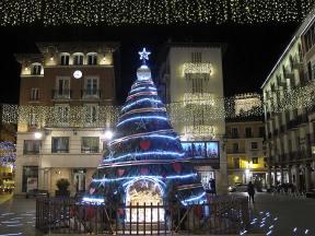 Árbol y belén en la plaza del Torico, Teruel