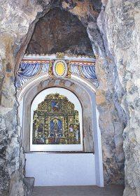 Altar restaurado con la recreación del retablo.
