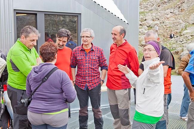 Mariano Soriano, director general de Deporte del Gobierno de Aragón (izquierda), y Lourdes Pena, presidenta de la Comarca de La Ribagorza (derecha), entre amigos.