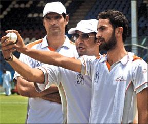 Wasim urges Pakistani bowlers to be aggressive