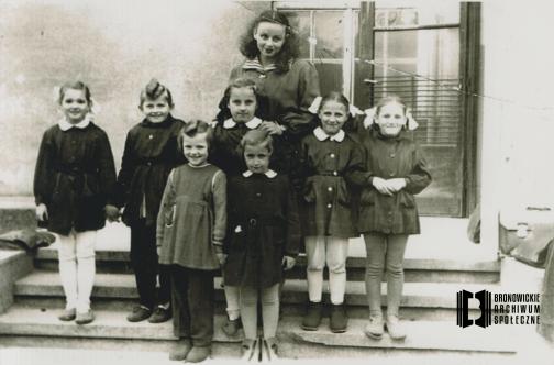 ok 1955 r. Uczennice Szkoły Podstawowej nr 50. Pierwszy rząd, od lewej: Grażyna Starowicz (Dzieża), Grażyna Fyda (Dyląg). Drugi rząd, od lewej: Barbara Baczyńska, Halina Bojdo, Janina Setkowicz (Pindel), Alicja (Alina) Kowalska (Ślusarczyk), Ewa Sułkowska (Bigaj). Na górze: Zofia Wilk (wychowawczyni). Ofiarował: Julian Ślusarczyk.
