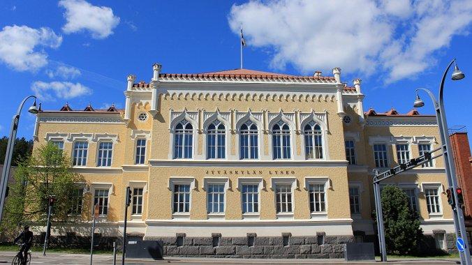Jyväskylän lyseon vanha rakennus. Jyväskylän Lyseo Upper Secondary School from the outside.
