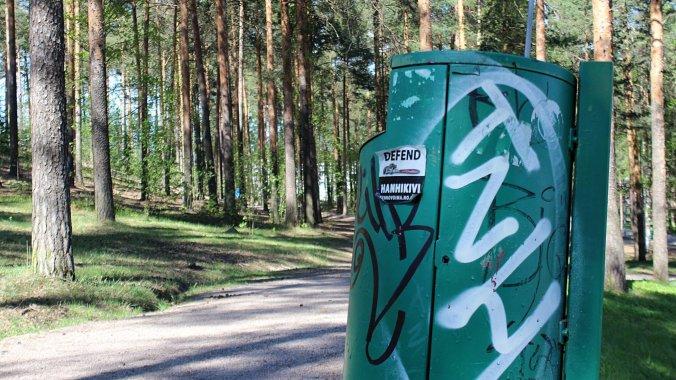 TNH tag on a waste bin in Jyväskylä. / TNH-tägi roskakorissa Jyväskylässä.