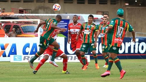 Na última vez que enfrentou o Sampaio Corrêa, o Galo venceu por 2 x 1. O duelo foi no Estádio Rei Pelé (Foto: AILTON CRUZ)