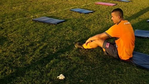 Luidy contempla um dos campos do CT Marcos Barbosa, de onde sairá para o Corinthians (Foto: Denison Roma/GloboEsporte.com)