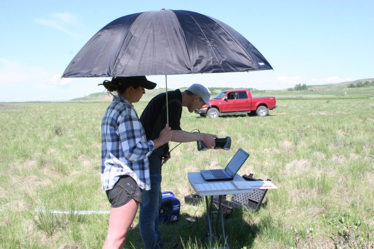 Peter Dobson showing Justine Buchler how the software for the portable laser scanner is used