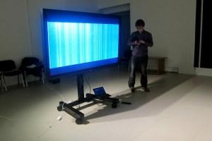 Данила Булатов демонстрирует видео из проекта «Домашнее сканирование» (выставка «Коллаж/Деколлаж», 30.11.2013)