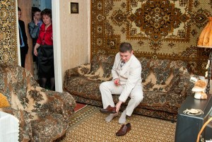 "Роман Мокров, из серии ""Фото на фоне ковра"", 2007-2013 // Фото: mokrov.ru"