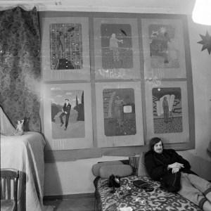 Свен Гундлах на фоне работ Никиты Алексеева // Фото: Георгий Кизевальтер