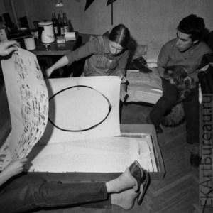 Просмотр работ Надежды Столповской, квартира-мастерская Юрия Альберта и Надежды Столповской, 1982 // Фото:  Георгий Кизевальтер, http://ekartbureau.ru/